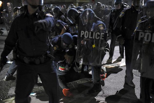 Video: Policías golpean a un fotógrafo durante las protestas en Baltimore, EE.UU.