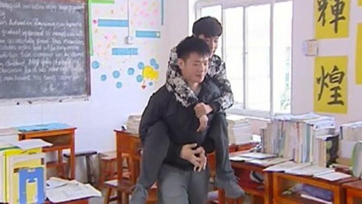 Amigo en acción: estudiante carga a compañero discapacitado a clases durante 3 años
