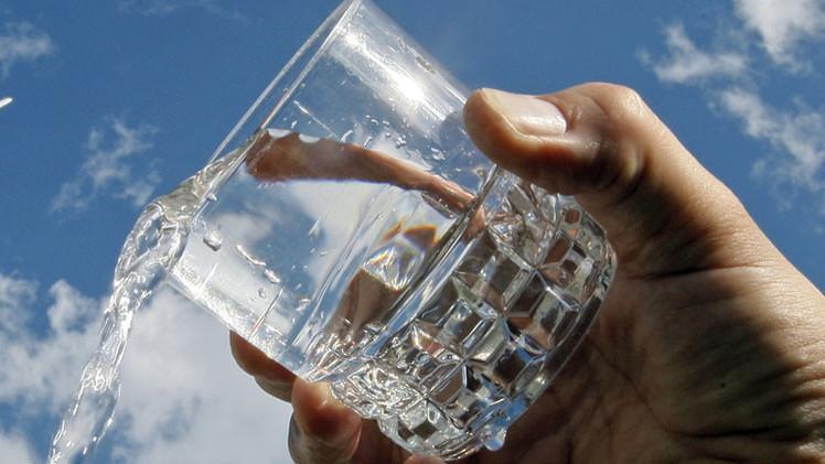 Estudio: Conducir y beber poca cantidad de agua es tan peligroso como ingerir alcohol