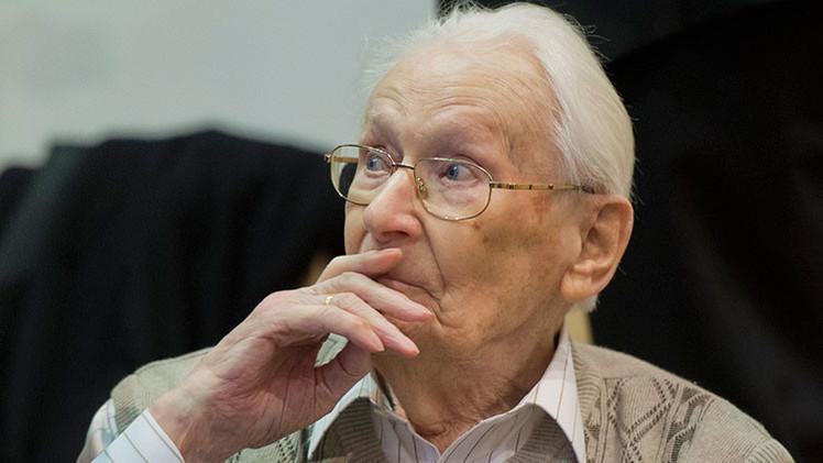 Sobreviviente del Holocausto explica por qué estrechó la mano del 'contable de Auschwitz'