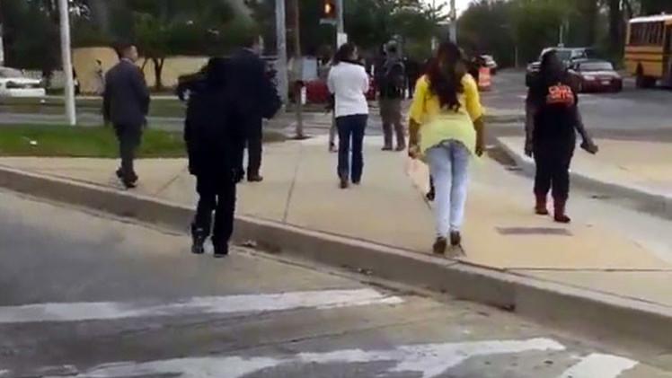 'Madre del año': Una mujer saca a golpes a su hijo de los disturbios de Baltimore (Video, Foto)