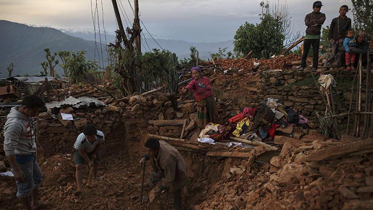 Nepal: Rescatan a una mujer parapléjica que permanecía tres días bajo los escombros