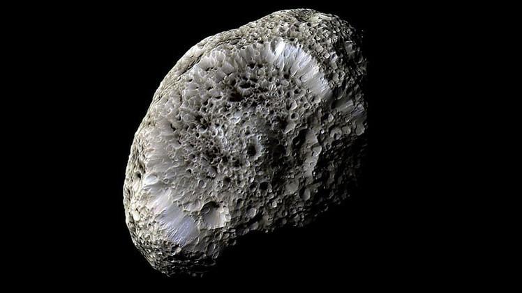 La NASA publica una impresionante imagen de la luna más 'esponjosa' de Saturno