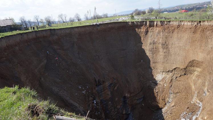 Video: Un enorme agujero terrestre 'traga casas' atemoriza a una localidad de Ucrania