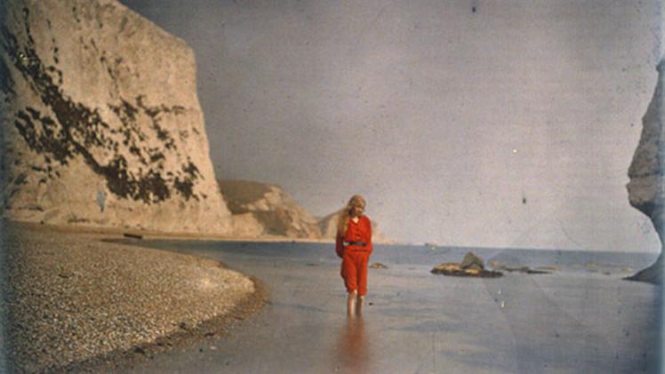 La primera mujer de rojo: publican fotos en color de hace 102 años
