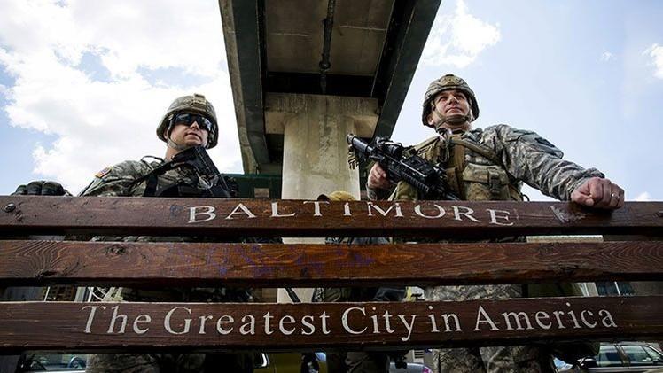 ¿Zona de guerra? Vehículos blindados de la Guardia Nacional patrullan Baltimore
