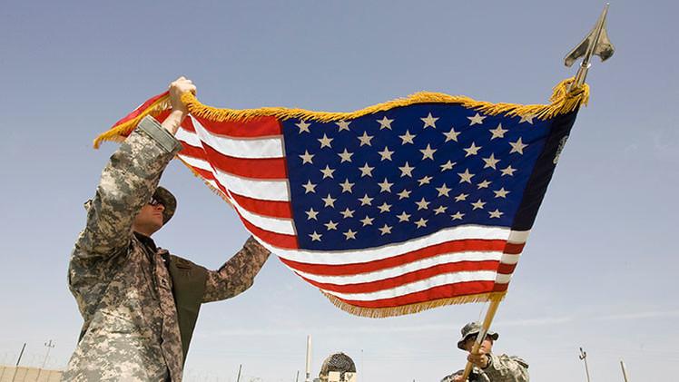 Los militares izan la bandera de EE.UU.