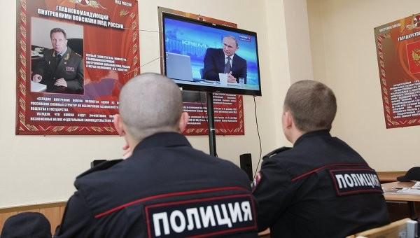 Los agentes de la Policía rusa están viendo la 'Línea directa' con Putin