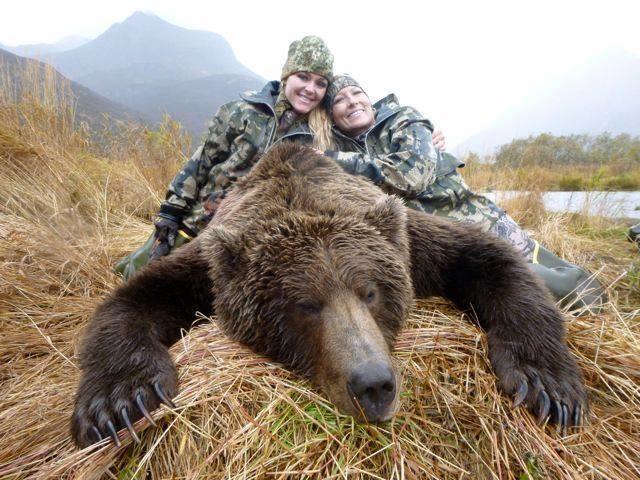 La foto de una cazadora sonriendo