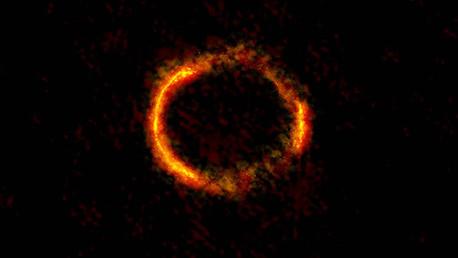Captan anillo de Einstein casi completo al alinearse dos galaxias