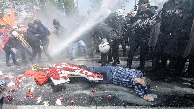 Turquía: Policía dispersa a manifestantes en la marcha del 1 de Mayo con gas y cañones de agua