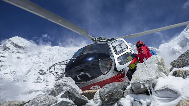 Nepalí muere golpeado por rotor de helicóptero tras lucha entre locales y turistas por ser evacuados
