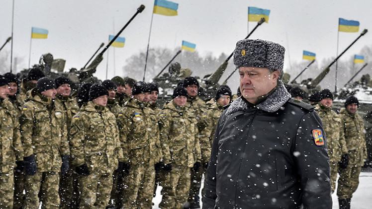 El presidente de Ucrania, Piotr Poroshenko, pasa delante de una fila militar
