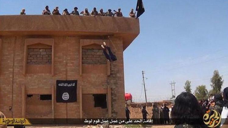 Fotos escalofriantes: Estado Islámico arroja a un homosexual desde una azotea