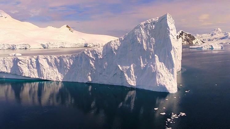 Ballenas y hielos azules de la Antártida: Video estupefaciente hecho con un dron