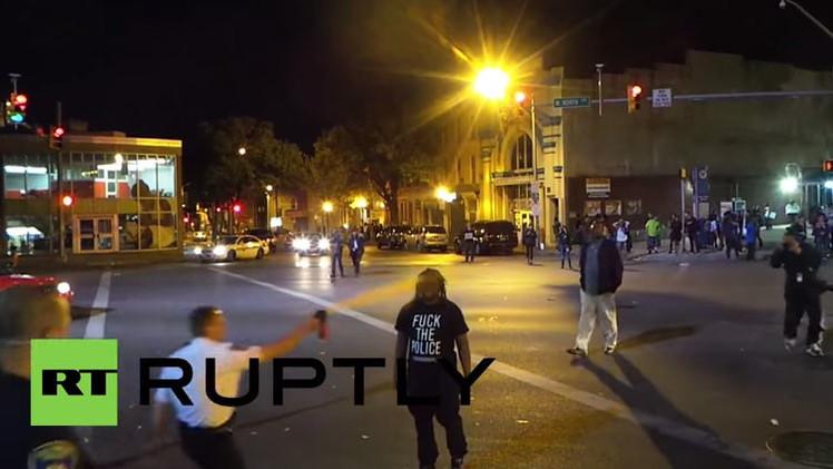 Video: Agente en Baltimore esparce gas pimienta a la cara a un hombre solo por acercarse