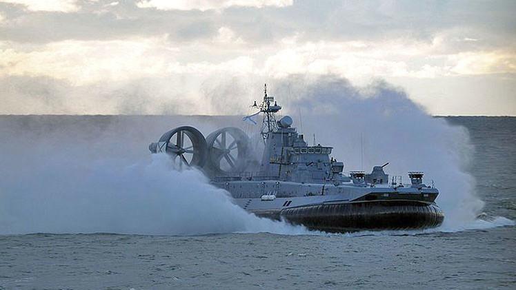 El aerodeslizador más grande del mundo efectúa disparos de artillería en el Báltico