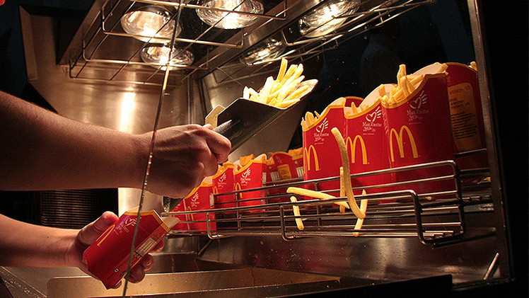 China impone multa récord a una empresa que suministra papas fritas a McDonald's