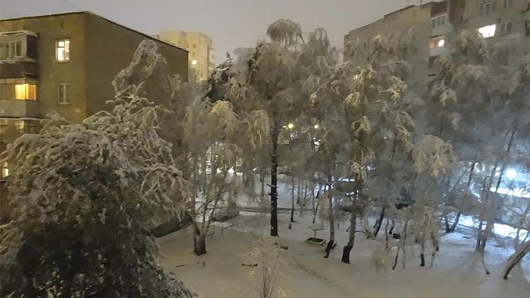 Fotos, Video: Fuerte nevada cubre una ciudad rusa durante las festividas de mayo