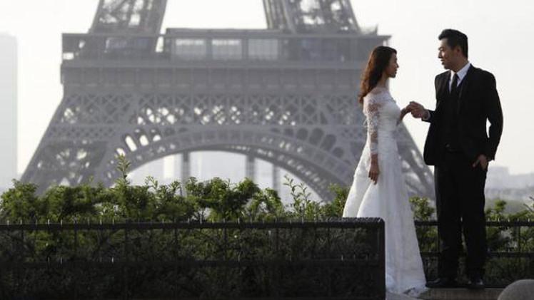Decorador de bodas brasileño estafa a 42 parejas en el día de su boda y escapa a París
