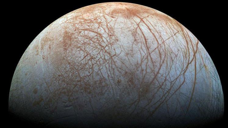 Revelan el enigma de las manchas oscuras de la luna Europa