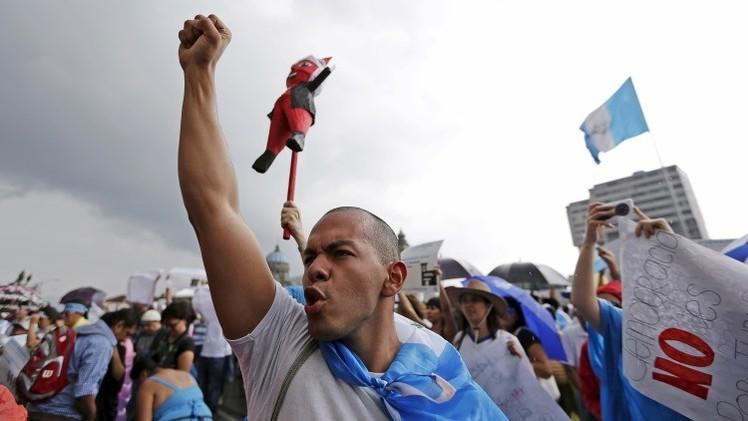 """""""Renuncien ya"""": Miles de personas salen a protestar contra la corrupción en Guatemala (Video, fotos)"""
