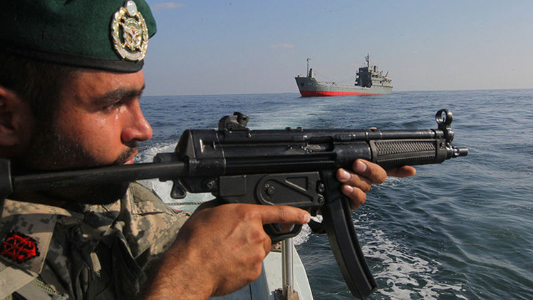 Buques de guerra iraníes escoltan una nave de carga con destino a Yemen