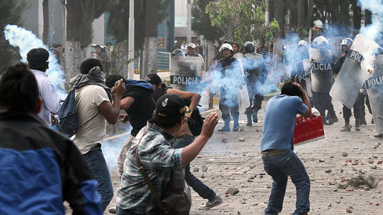Video: Un oficial vacía su pistola contra manifestantes durante una protesta minera en Perú