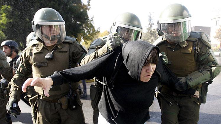 Video: Carabineros usan el carro lanza agua contra manifestantes estudiantiles en Chile