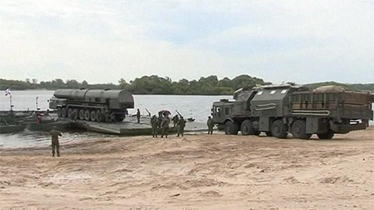 Video: Así cruza el complejo de misiles Tópol-M un río sobre un pontón