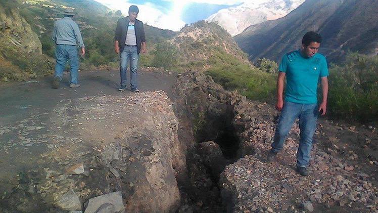 NUEVAS IMÁGENES: La tierra 'se abre' implacablemente y siembra el miedo en Perú