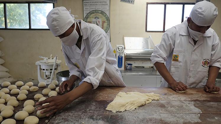 Video: Ejército boliviano enfrenta la huelga de panaderos haciendo pan