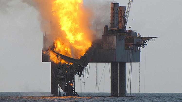 Una plataforma petrolera está en llamas en el Golfo de México