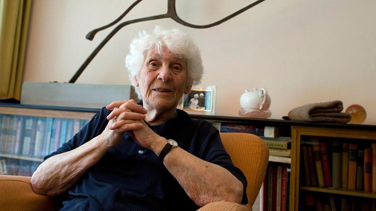 Una mujer de 102 años obtiene el título de doctorado que le negaron los nazis
