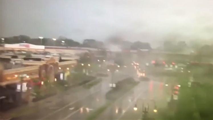 Video: Un tornado atraviesa una localidad de EE.UU. volcando vehículos