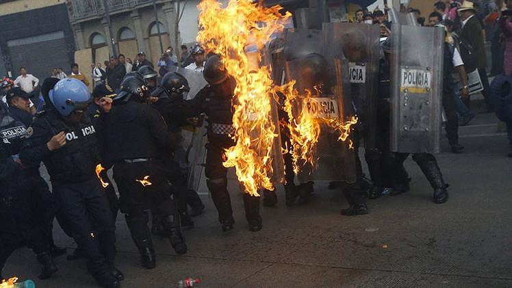 Fotos impactantes: Manifestantes por los 43 normalistas lanzan cócteles molotov a la Policía