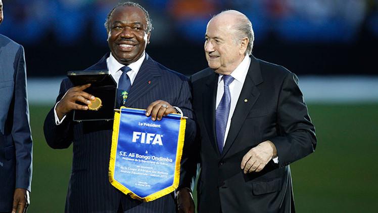 """Joseph Blatter se asegura los votos africanos con un """"modelo Pablo Escobar"""""""