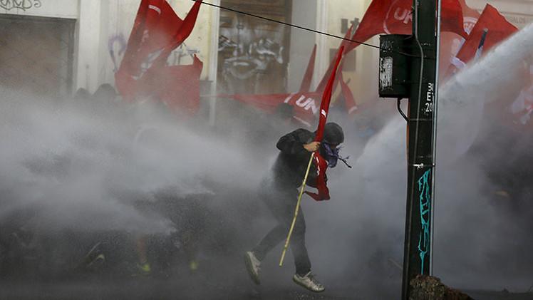 Chile: Nuevas imágenes muestran el momento en que Rodrigo Avilés recibe descarga del lanzaaguas