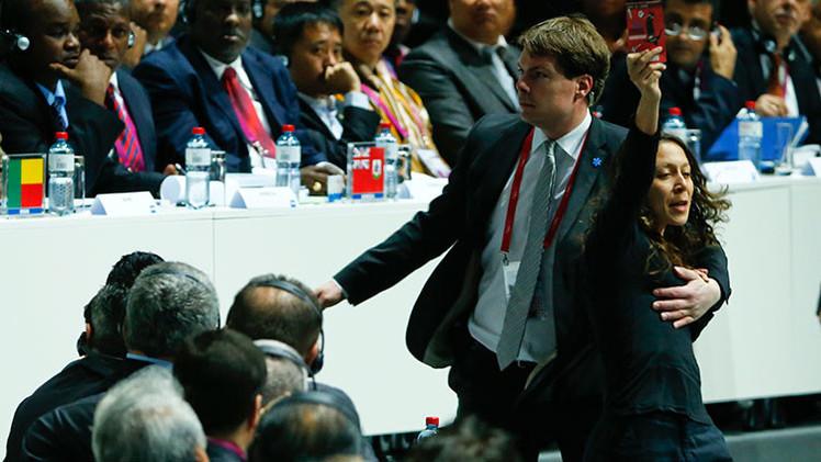 Propalestinas sacan tarjeta roja a la FIFA por no excluir a Israel del fútbol mundial (VIDEO)