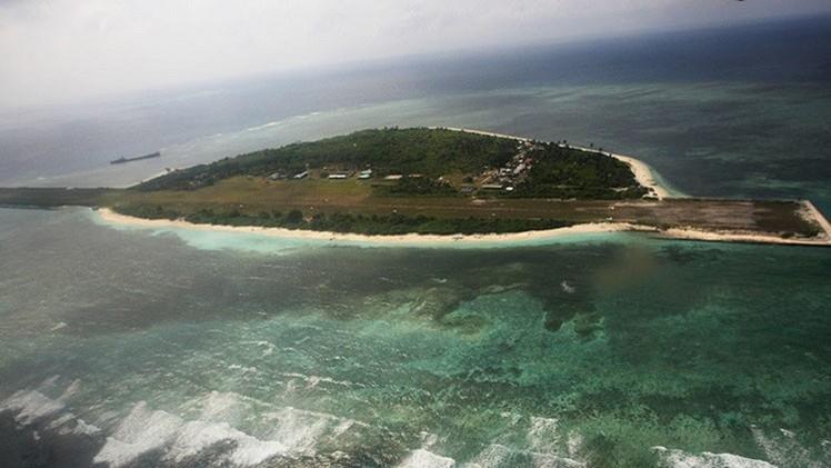 Pekín despliega vehículos de artillería en una isla artificial en el mar de la China Meridional
