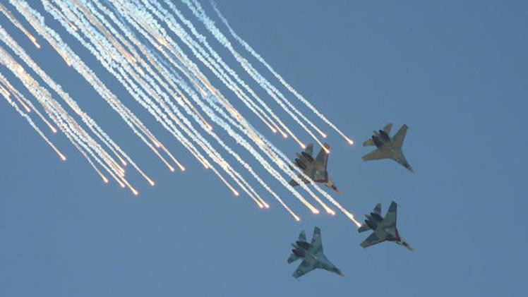 VIDEO: 'Tiburones negros' y 'robots volantes' en concurso de aviación militar en Rusia