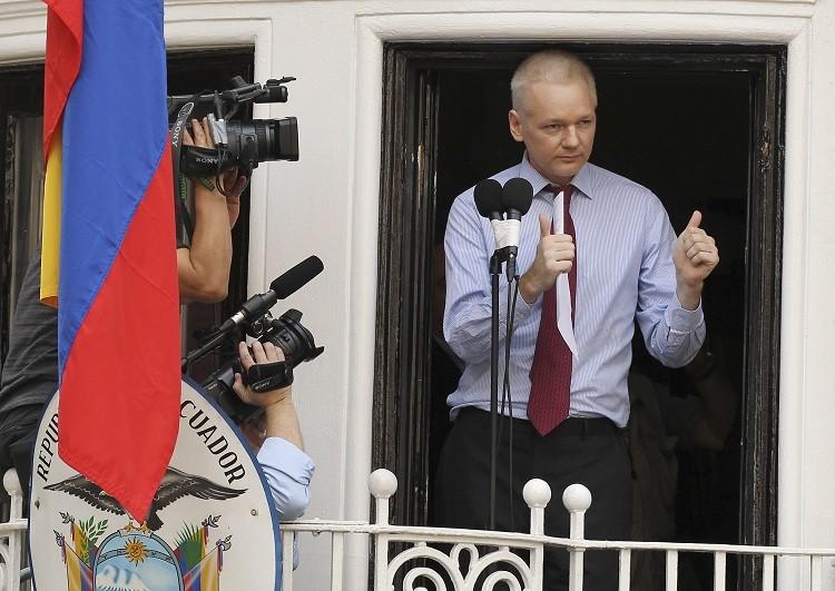 Assange utiliza el balcón de la embajada de Ecuador en Londres para criticar al gobierno de EE.UU.