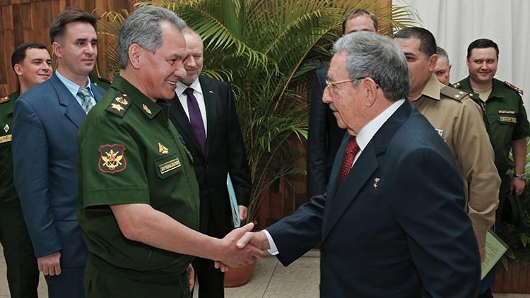 Serguéi Shoigú y Raúl Castro