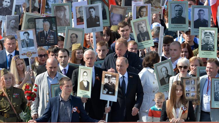 Las mil caras de la Victoria sobre el nazismo: El 'Regimiento inmortal' marcha por Moscú