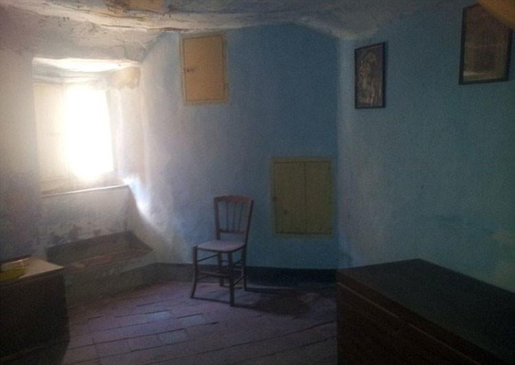 Una habitación de una casa abandonada en Gangi