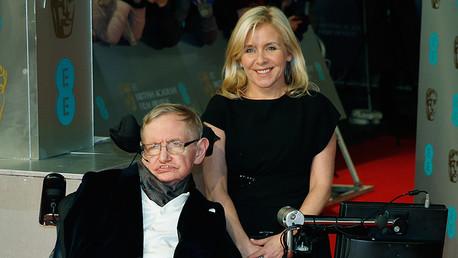 La hija de Stephen Hawking se indigna por un comentario de una columnista sobre los minusválidos