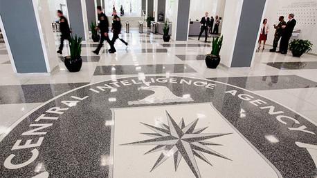 Un ex agente de FBI amenaza a los oficiales de CIA bloqueando su paso