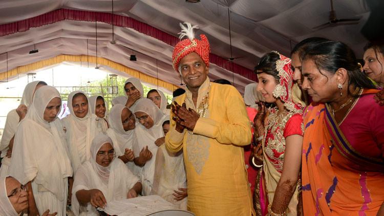 Uno de los empresarios más ricos de la India ingresa en un convento