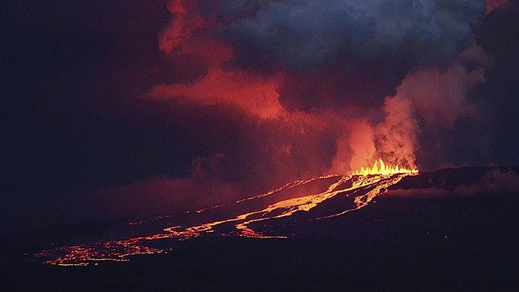 Islas Galápagos: Espectacular video de la llegada de la lava del volcán Wolf al mar