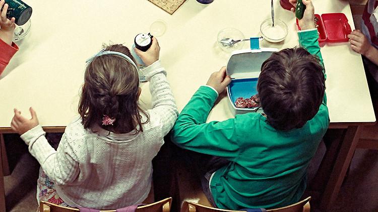 EE.UU.: Despiden una jefa de comedor escolar por dar comida gratis a niños